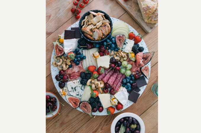 doiy drveni rotirajući pladanj i keramička zdjelica lifestyle