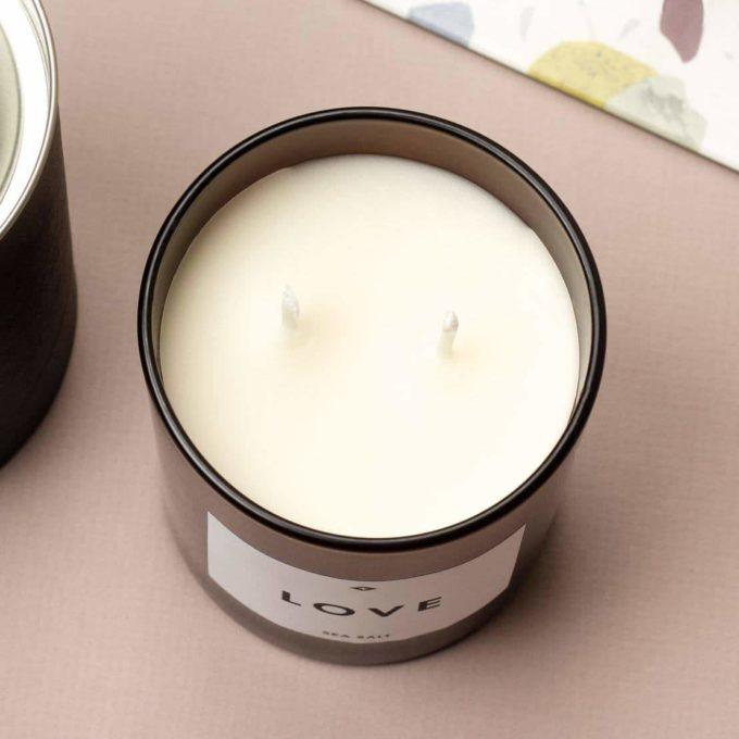 mirisna svijeća sa natpisom love aroma smokve i nara odozgo