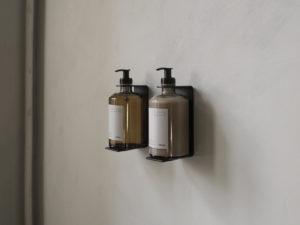 frama st.pauls apothecary čelični zidni držači za losione i sapune primjer na zidu